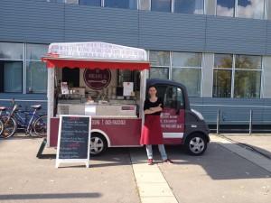 Isabella Hener mit ihrem Foodtruck